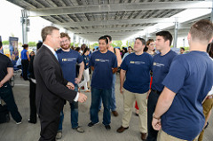 Eric Silagy, president and CEO of FPL, talking with Engineering students from the Energy, Power & Sustainability (EPS) program at FIU